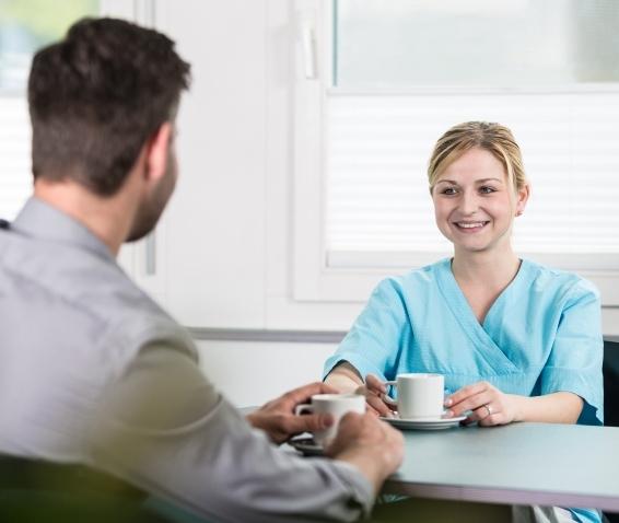 Aufenthalsraum in der Ergolz-Klinik mit Besuch